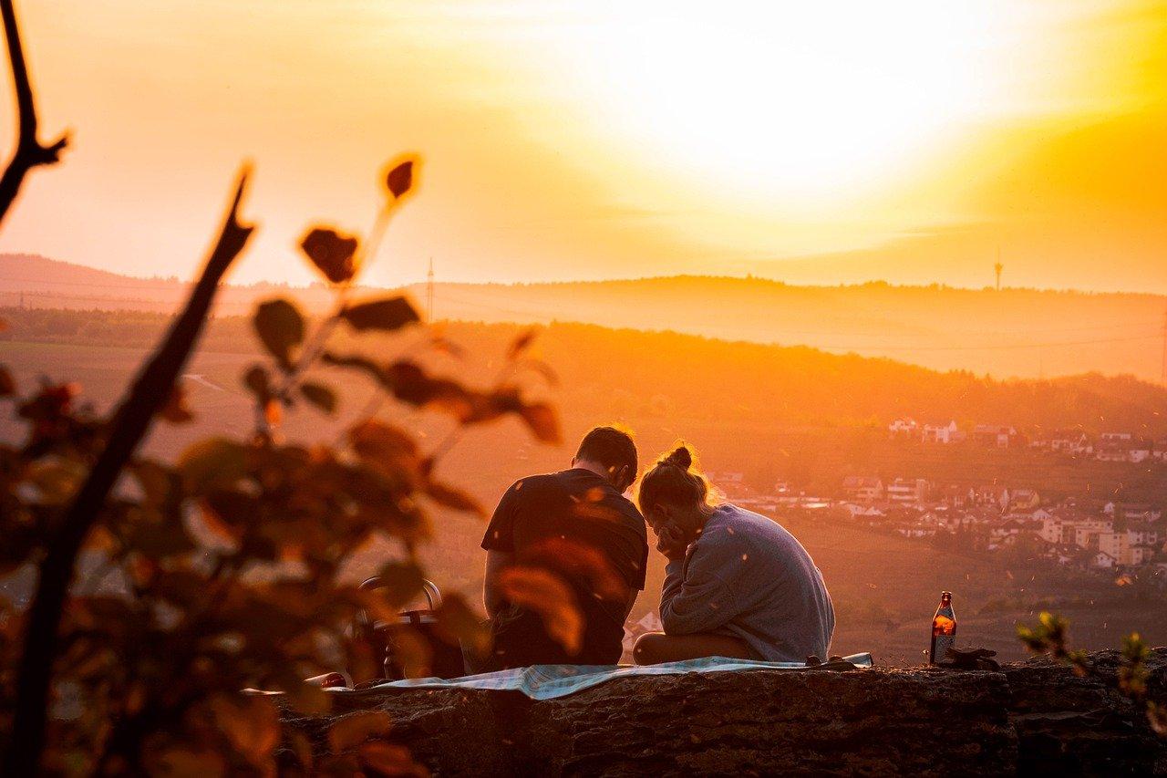 Picnic al tramonto con cestino